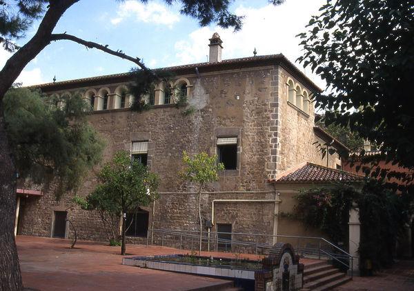 Torre de Sant Joan del Clot de la Mel. Edifici antic vist des del pati.