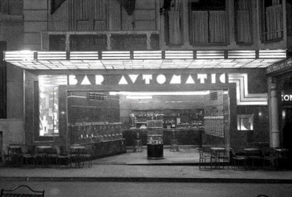 Vista nocturna exterior del Bar Automàtic des de la Rambla (1932). Foto: Enrique Solares. Fons Endesa-Fecsa. Blog  Barcelofilia