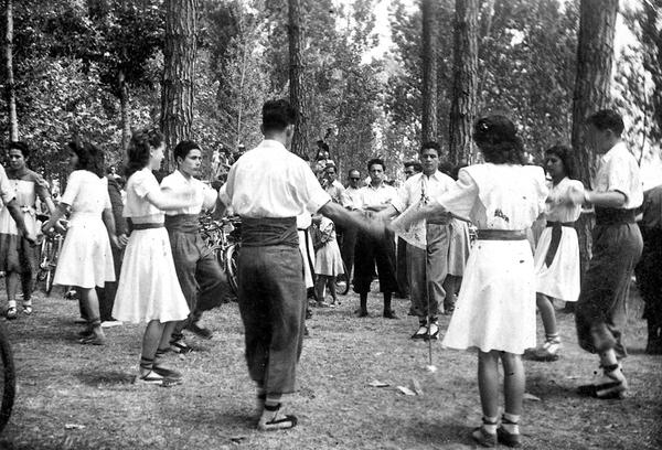 Ballada de sardanes al bosc de Can Pantiquet. Fons de l'Arxiu Històric de Mollet del Vallès
