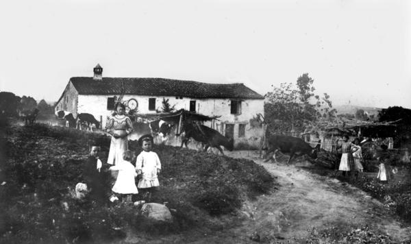 Nens davant de Can Mollet. Fons de l'Arxiu Històric Municipal de Mollet del Vallès