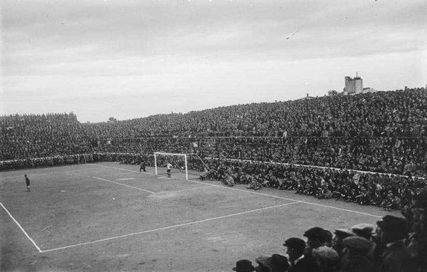 Graderia plena d'afeccionats al camp de futbol de Les Corts, Barcelona (1922). Autor: Josep Maria, Sagarra i Plana. EuropeanaPhotography, Generalitat de Catalunya. Arxiu Nacional de Catalunya.