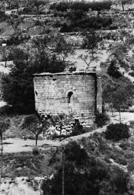 Vista de l'edifici de Sant Pere d'Anguera, Sarral (Conca del Barberà) 1982. Autor: Desconegut. Generalitat de Catalunya, Departament de Cultura.