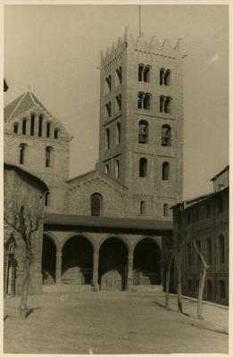 Façana principal del Monestir de Santa Maria de Ripoll , Ripoll (Ripollès) 1947. Autor: Carlos Pérez de Rozas. Arxiu Fotogràfic de Barcelona - Institut de Cultura de Barcelona (ICUB)
