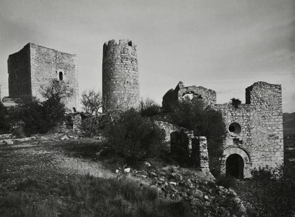 Vista general de les restes del castell i de l'església, Ulldecona (Montsià) 1982. Autor: Jordi Gumí. Generalitat de Catalunya, Departament de Cultura.