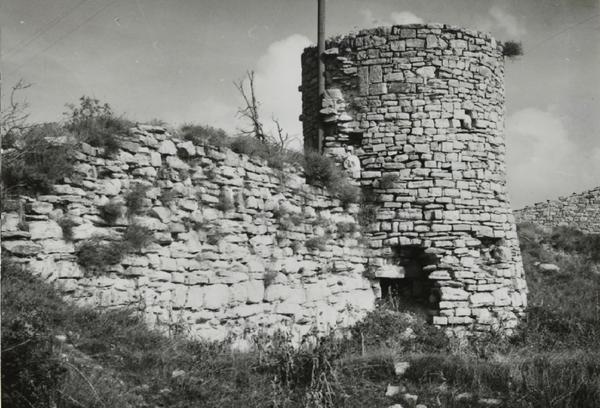 Restes del castell de Segura, Savallà del Comtat (Conca del Barberà) 1915. Autor: Pere Català Pic. Generalitat de Catalunya, Departament de Cultura.