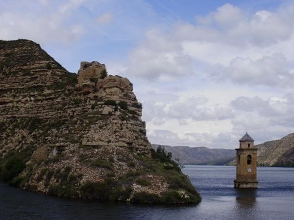 El campanar de l'antic poble de Faió , negat per les aigües del Pantà de Riba-roja.(el Baix Aragó-Casp, hist. el Matarranya) 2010. Autor: Joan Todó.