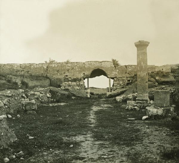Arxiu Fotogràfic del Centre Excursionista de Catalunya. Porta romana a la ciutat d'Empúries, 1917. Autor: Emili Ullés i Daura