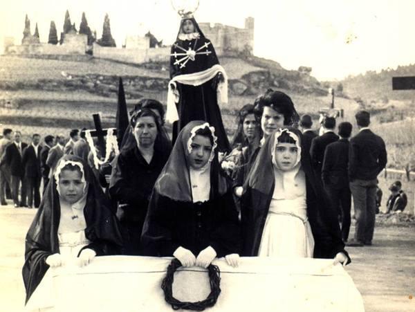 Processó, anys seixanta, al fons el cementiri i l'ermita (foto Àngels Mata Quintana)