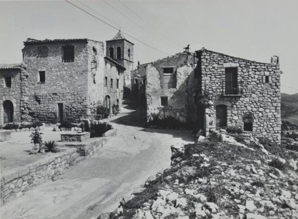 Vista de la plaça del poble, Albarca (Cornudella de Montsant) 1983. Autor: Albert Aymà Aubeyzon. Generalitat de Catalunya, Departament de Cultura.