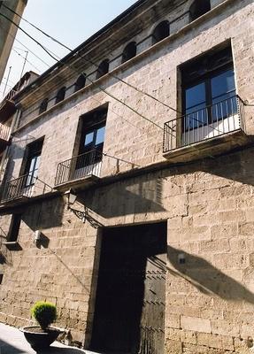 Vista lateral de la façana de l'edifici, del Palau Purroy, Gandesa (Terra Alta) 2005. Autor: Jordi Contijoch Boada. Generalitat de Catalunya, Departament de Cultura.