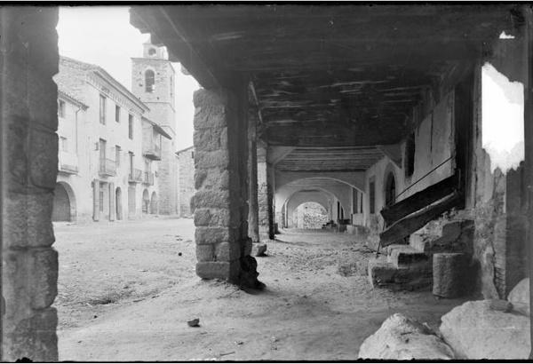 La Plaça Major del poble de Bellver de Cerdanya ( La Cerdanya) 1948. Autor: Família Cuyàs. Institut Cartogràfic de Catalunya.