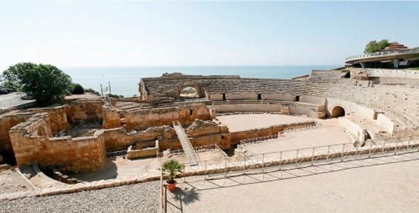 Vista de les ruïnes de l'Amfitatre i de l'església de Santa Maria del Miracle. Tarragona (Tarragonès).  Autor: Josep Giribet. Fons Calaix, Generalitat de Catalunya, Departament de Cultura.