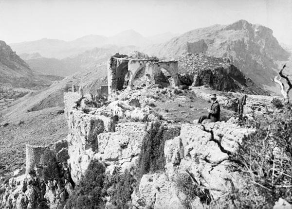 Un home davant les restes del Castell del Rei a Pollença (Mallorca). 1900. Autor: Desconegut. Arxiu Fotogràfic Centre Excursionista de Catalunya.