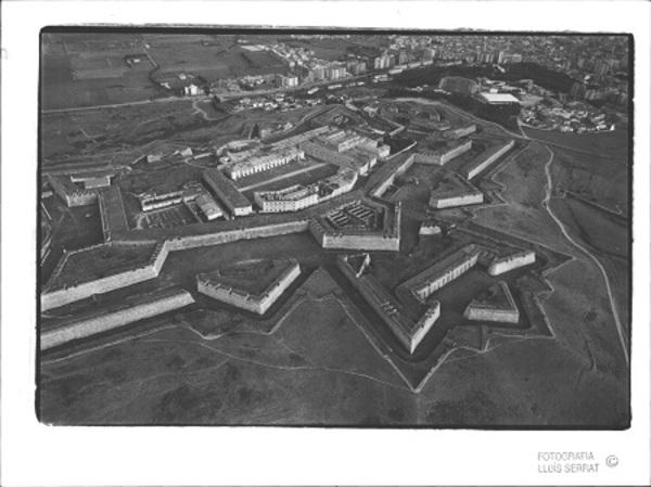 Vista aèria del Castell de Sant Ferran i el seu entorn, Figueres (Alt Empordà) 1992. Autor: Lluís Serrat Masferrer. Fons El Punt Avui, Ajuntament de Girona. CRDI.