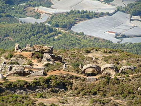 Vista del Fort de Felip II a la Serra de Bèrnia. Altea (La Marina Alta) 2012. Autor: Relleu, https://commons.wikimedia.org/wiki/File:Castillo_de_Bernia_4.JPG?uselang=es