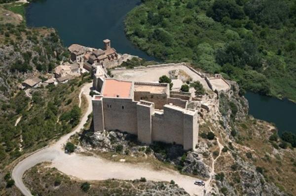 Vista aèria del castell de Miravet (Ribera de l'Ebre).  Fons: MHC-AVIOTEC.