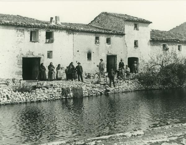 Les cases i la bassa de la Mussara. Departament de Cultura de la Generalitat de Catalunya. Arxiu de Patrimoni Etnològic / Fons Amades.